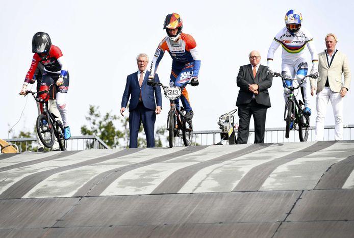 Laura Smulders, Niek Kimmann en Twan van Gendt geven op sportcentrum Papendal het startschot voor de side-events van het WK BMX 2021. De bijeenkomst staat in het teken van het wereldkampioenschap BMX 2021 op Papendal en de Olympische Spelen van Tokio.