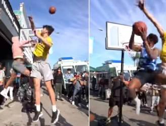Basketballer wordt op straat uitgedaagd om 'reus' te verslaan, waarna magistrale dunk volgt