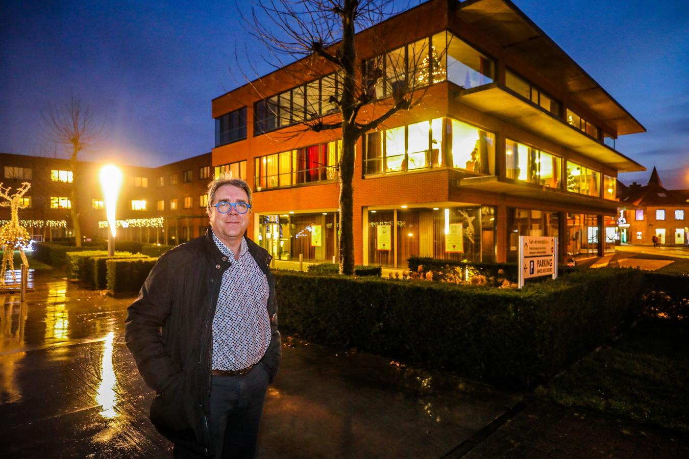 Joost Cuvelier voor het rusthuis in Torhout waar de eerste vaccinaties zullen toegediend worden.