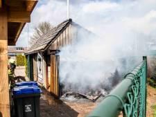 Brand verwoest schuurtje van Rhedense tennisclub; getuige zag drie jongens wegrennen