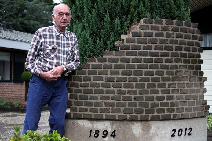 Jan Kok (77) heeft een deel van de fabrieksschoorsteen van de Beltrumse zuivelfabriek als monument en eerbetoon in z'n voortuin staan.