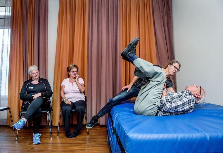 De gemeente Schagen biedt een gratis cursus valpreventie aan aan inwoners boven de 65 die afgelopen jaar gevallen zijn of last hebben van valangst.  Beeld Jean-Pierre Jans