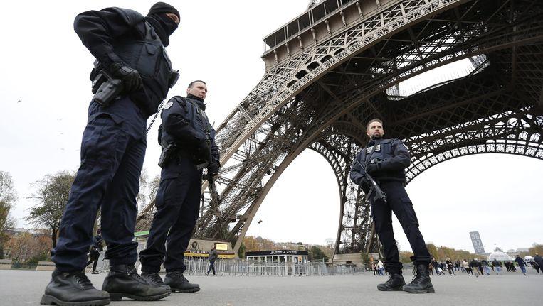 Militairen posten bij de Eiffeltoren in Parijs Beeld anp