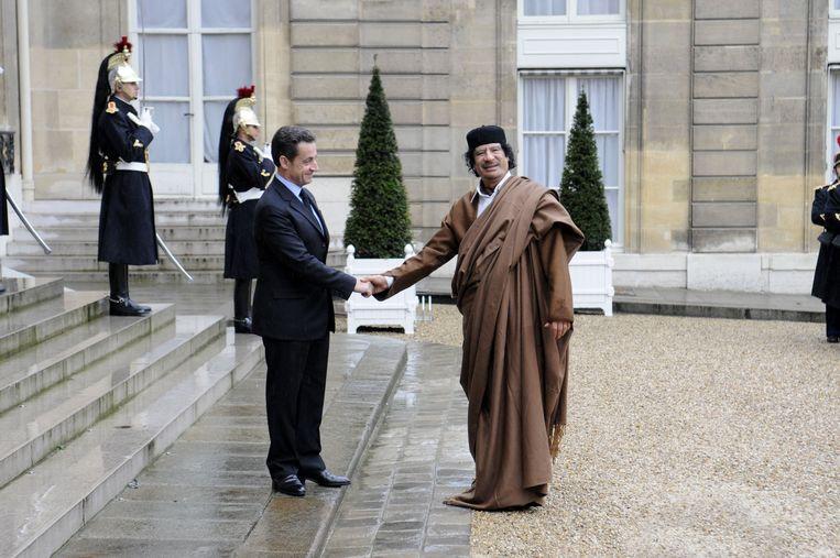 Oud-president Nicolas Sarkozy verwelkomt Moammar Kadhafi op paleis in Parijs (2007).  Beeld Gamma-Rapho via Getty Images