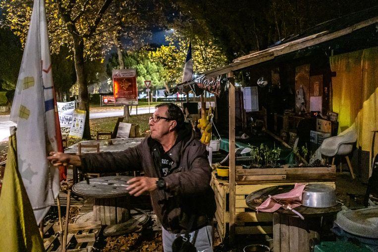 Philippe Barnés laat de zelfgebouwde hut zien bij de rotonde waar ze met een groep Gele Hesjes ieder weekend bijeenkomen. Beeld Joris Van Gennip