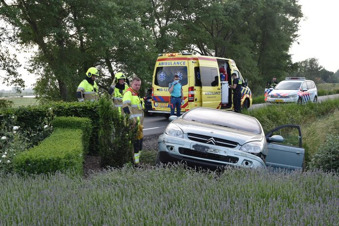 Een ambulance kwam ter plaatse en heeft de automobilist naar het ziekenhuis gebracht