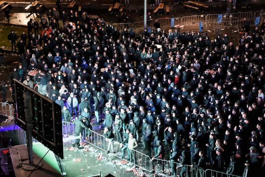 Supporters van Willem II kijken naar de wedstrijd zonder rekening te houden met anderhalve meter.