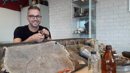 Jasper Klaassen uit Gendt verzamelt spullen uit de oorlog om ze aan zijn leerlingen te laten zien.