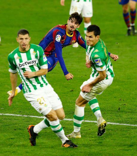 FC Barcelona wint bij Real Betis door fraaie goals van invallers Messi en Trincão
