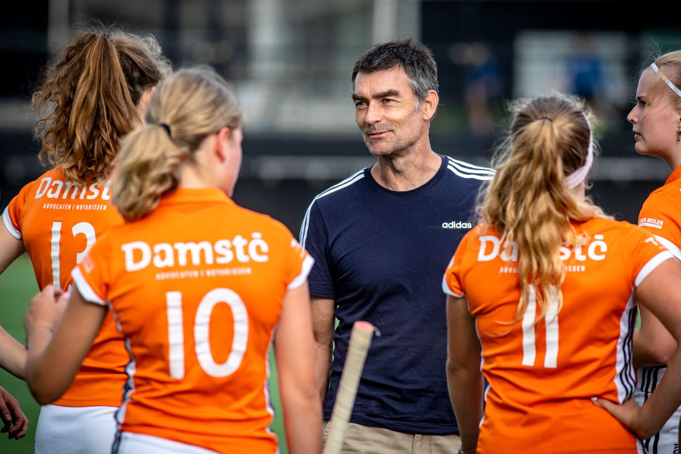 Simon Blanford is de nieuwe coach van de EHV-vrouwen. Hij treft na de zomer een uitgedunde selectie.