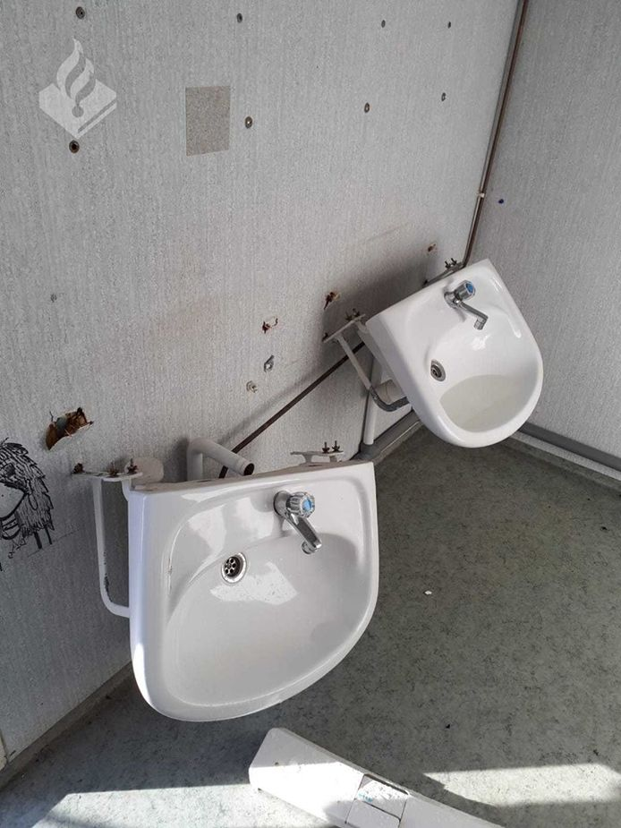Afgerukte wastafels in het toiletgebouw.