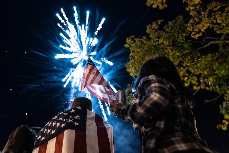 Supporters van Biden steken vuurwerk af, vlakbij het Witte Huis.  Beeld Hollandse Hoogte / AFP