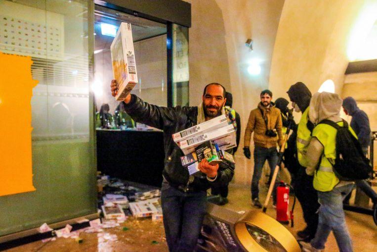 De betogers houden lelijk huis binnen in de Arc de Triomphe. Beeld Photo News