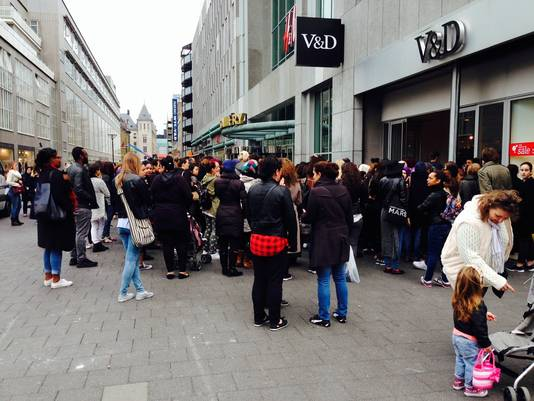 Honderden mensen staan te wachten tot ze naar binnen mogen.
