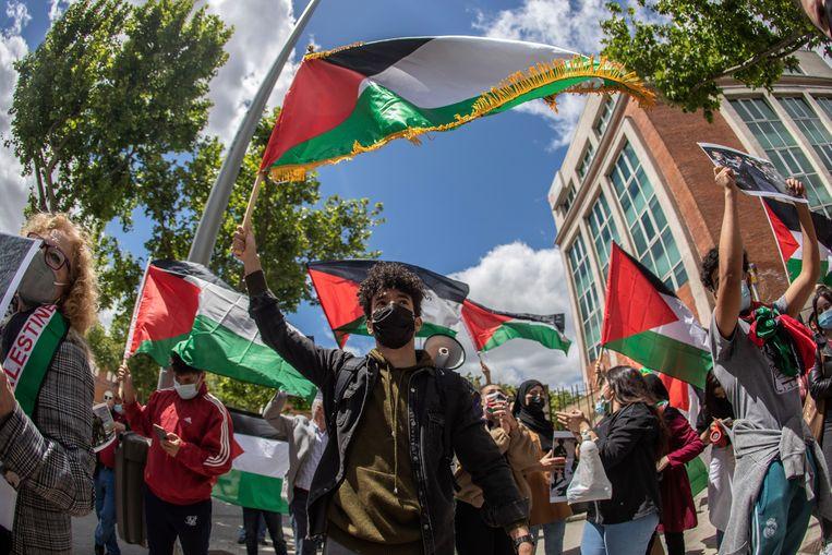 Mensen demonstreren met Palestijnse vlaggen, dinsdag in Madrid. Beeld EPA