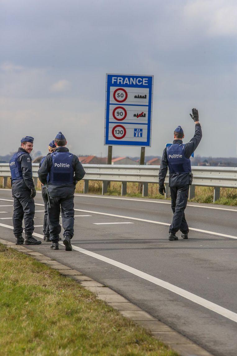 Belgische agenten controleren voertuigen uit Frankrijk. Beeld Henk Deleu