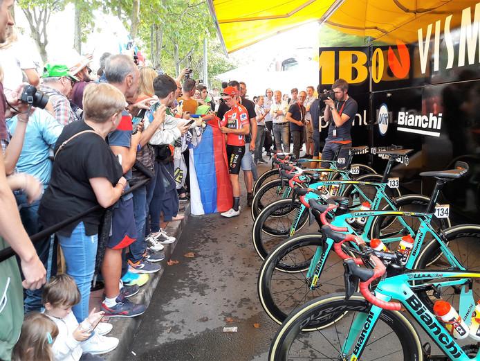 Laatste etappe Vuelta 2019 Fuenlabrada. In 2020 start de Vuelta in Utrecht, Den Bosch en Breda. Rode truidrager Primož Roglič bij de bus van Jumbo Visma.