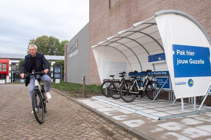 Arthur Robbesom, eigenaar van Tricorp Businesscenter, op een van de vijf elektrische deelfietsen. ,,Deze fietsen passen precies bij onze duurzaamheidsplannen met dit terrein.''