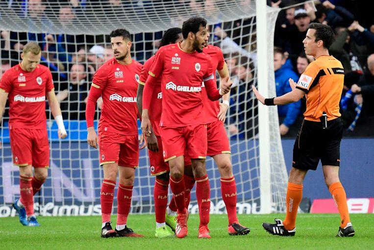 Antwerp-middenvelder Faris Haroun gaat in discussie met scheidsrechter Lambrechts. Beeld Photo News