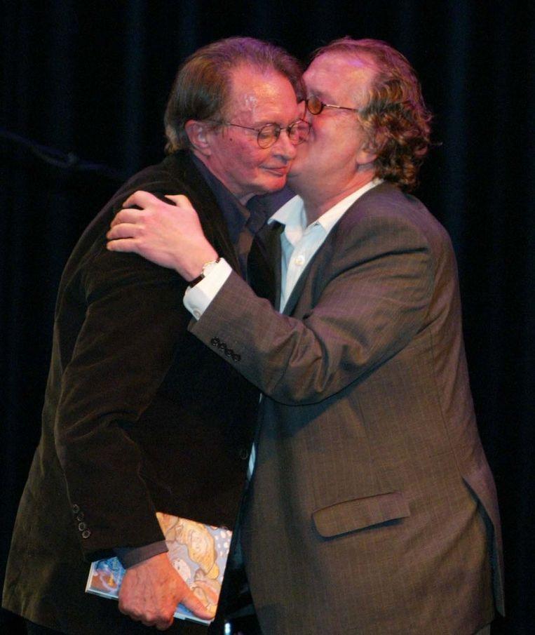 Feliciteert Remco Campert met diens 75ste verjaardag. Kleine Komedie, Amsterdam, 2004. Beeld ANP
