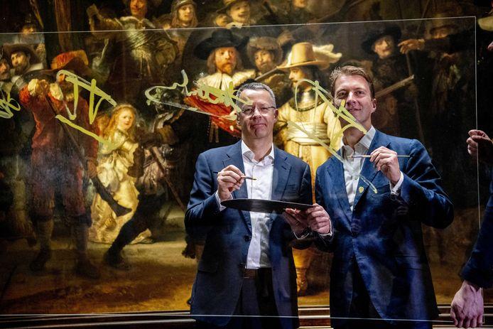 Hoofddirecteur Taco Dibbits (R) van het Rijksmuseum en Thierry Vanlancker (CEO) van AkzoNobel gaan samenwerken bij de grootscheepse restauratie van De Nachtwacht van Rembrandt van Rijn.