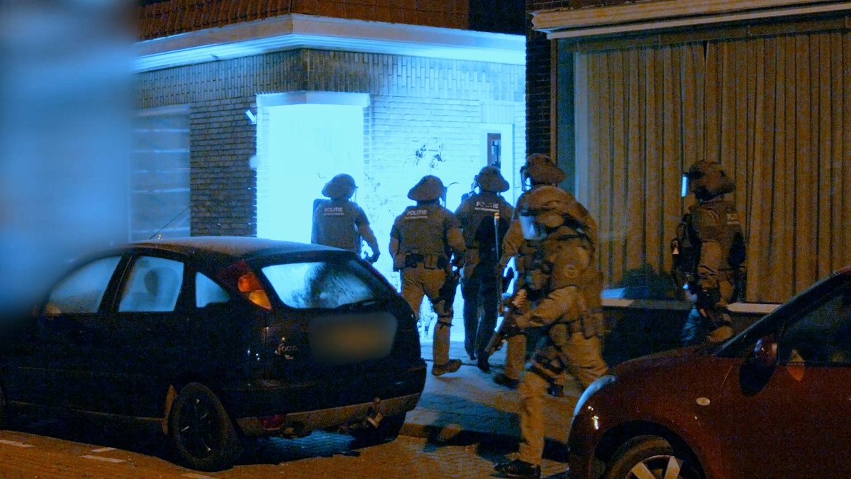 Een grote politie-inval dinsdagmorgen in Scheveningen leidde tot de aanhouding van negen verdachten.