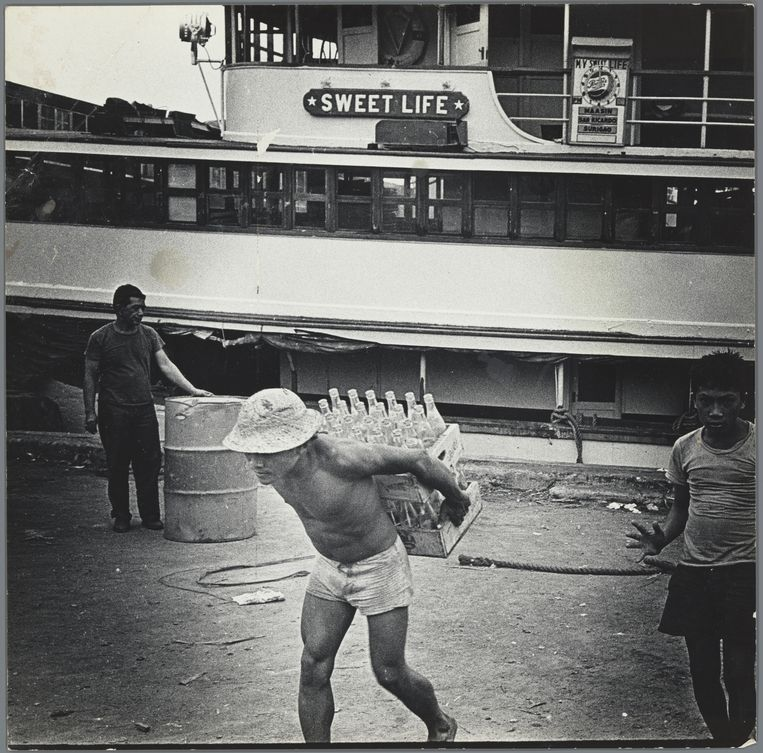 Kruier bij het schip 'Sweet Life' in Cebu City, Filipijnen, 1959 – 1960.  Beeld Ed van der Elsken/ Rijksmuseum