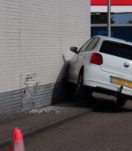 Auto rijdt tegen tankstation in Amersfoort