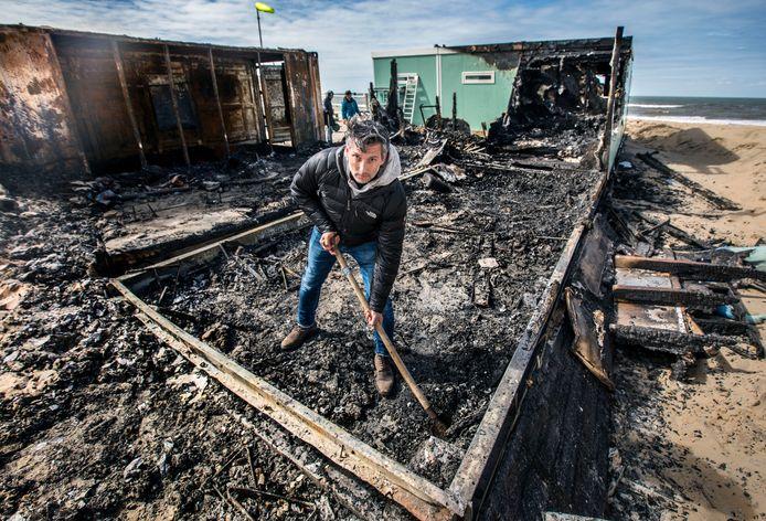 Onderkomen van surfclub Wassenaar afgebrand. Voorzitter Ivar Schutte neemt meteen de schop ter hand.
