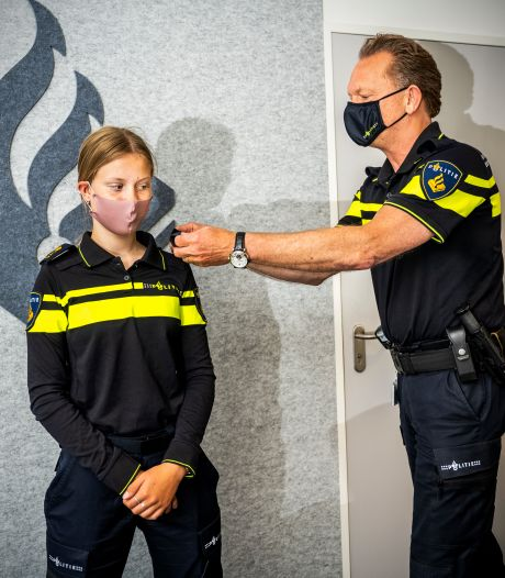 Tara (14) is één dag baas bij de Rotterdamse politie: 'Iedereen gedraagt zich opeens heel netjes'