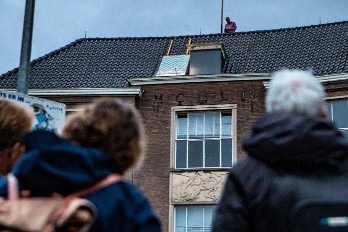 Wat gebeurt daar allemaal op het dak in de Deventer binnestad?