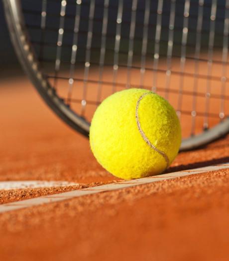Nieuwe toplaag voor tennisbanen Vlijmen