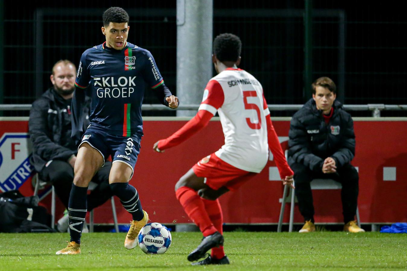 Elayis Tavsan (links) dreigt tegen Jong FC Utrecht.