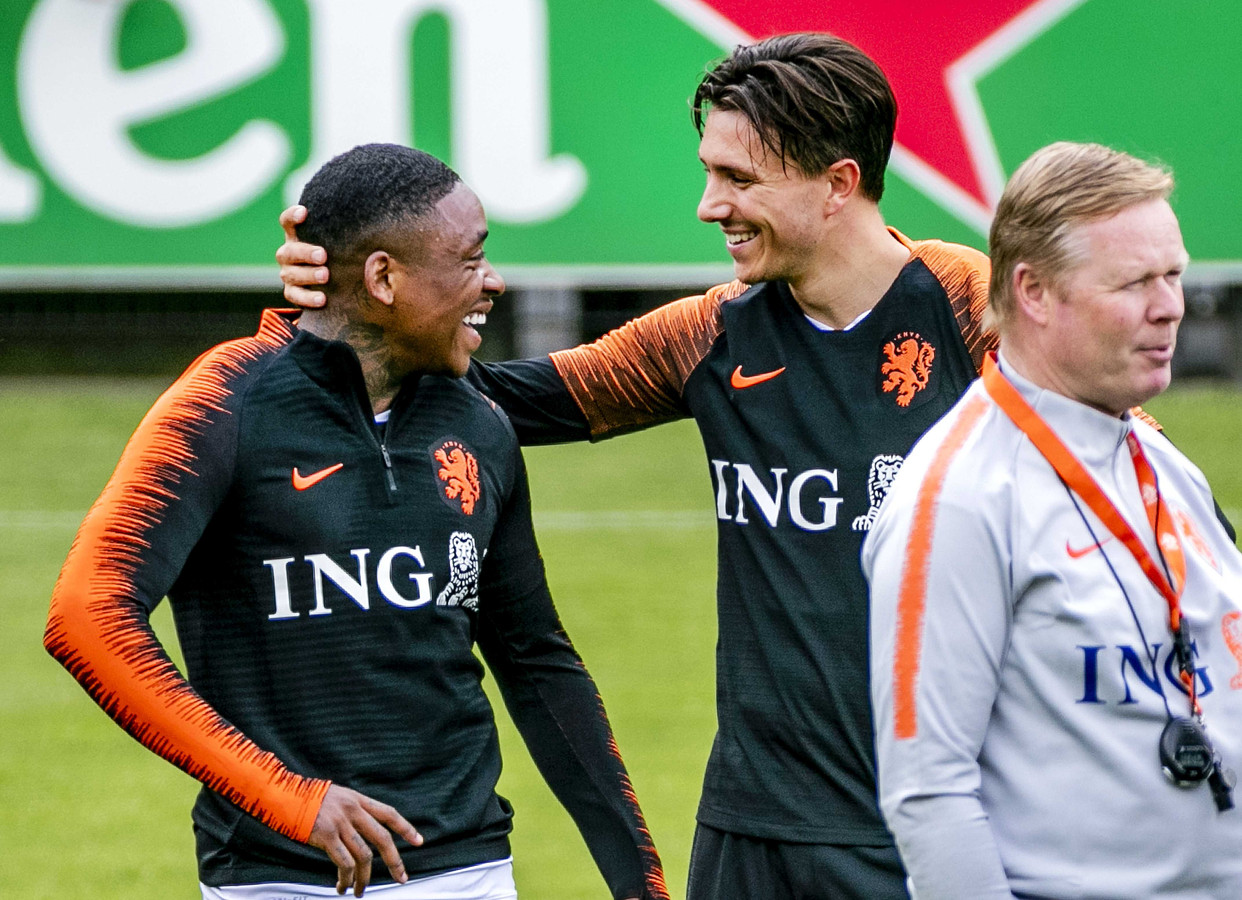 Steven Bergwijn (l) dolt met Steven Berghuis op de training bij Oranje.