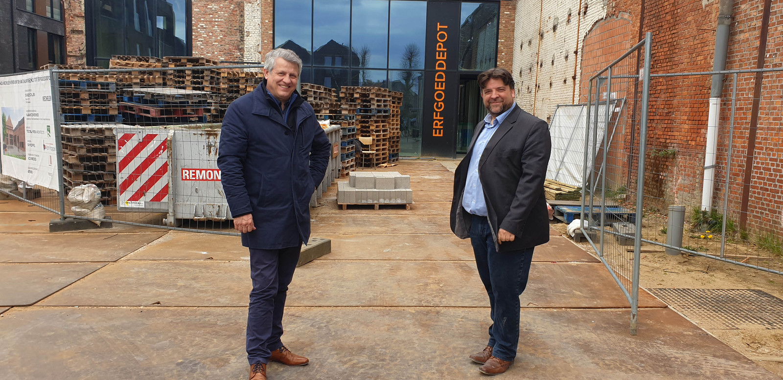 Schepenen Koen Anciaux en Björn Siffer voor het Erfgoeddepot