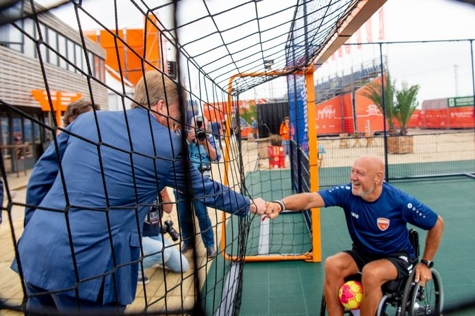 Koning Willem Alexander maakt spontaan een praatje met rolstoelbasketbalinstructeur John van der Meer op het TeamNL Olympic Festival.
