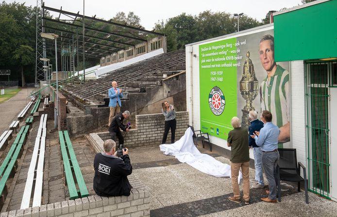 De onthulling van de fotowand op stadion de Wageningse Berg ter nagedachtenis van het behalen van de KNVB-beker door de voorloper van FC Wageningen, WVV Wageningen in het seizoen 1938-1939 en 1947-1948.