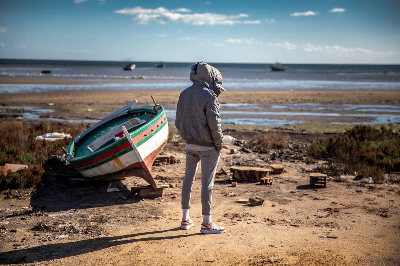 Omar heeft al drie keer geprobeerd per boot illegaal naar Italië te reizen, vanaf dit strand 12 uur varen, maar telkens kreeg zijn boot motorpech. Hij is vastbesloten het weer te proberen. Beeld Sven Torfinn