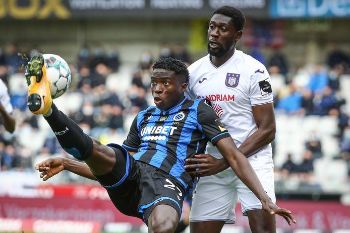 Luckassen vorig seizoen in duel met Club Brugge-spits Badji.