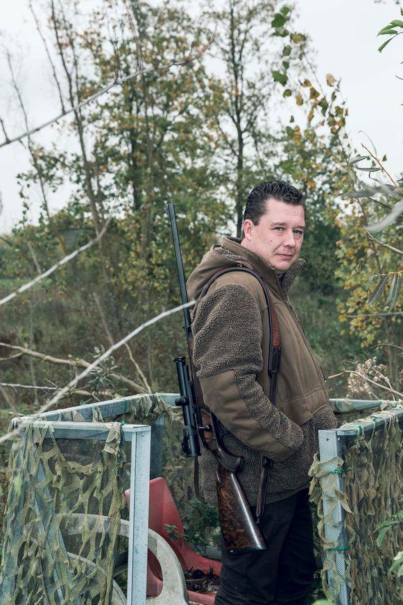 Didier Louwette in een 'hoogzit', een constructie die hem zo'n drie meter boven de grond plaatst en gebruikt wordt als schietbasis.