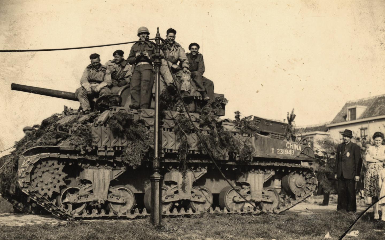 Canadese soldaten op een tank in Harderwijk.