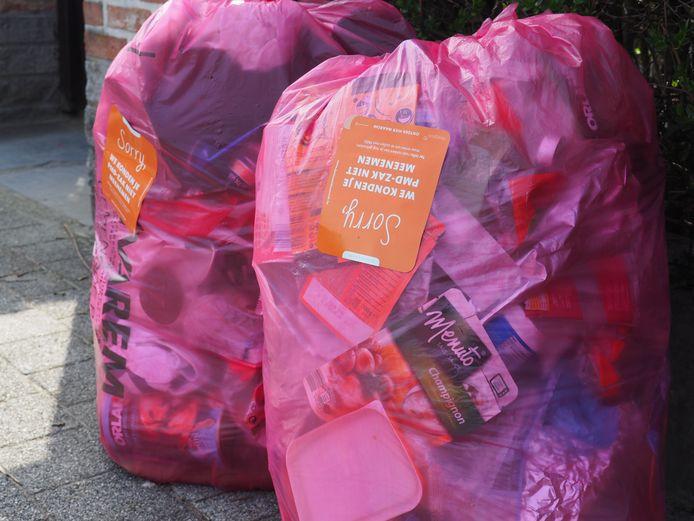 De aangeboden roze zakken werden niet meegenomen door de ophalers, maar kregen een sticker op.