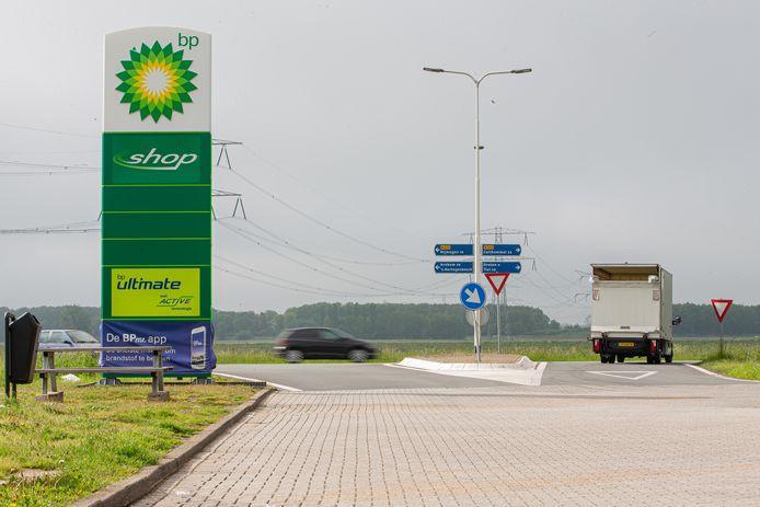 Als je vanaf het tankstation de Maas en Waalweg op wilt draaien moet je goed uitkomen. Verkeer komt er met 100 kilometer per uur voorbij.