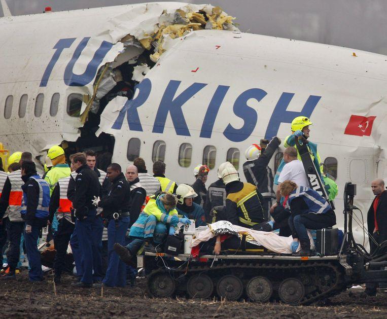 Gewonde reizigers worden uit het vliegtuig geholpen. Beeld EPA