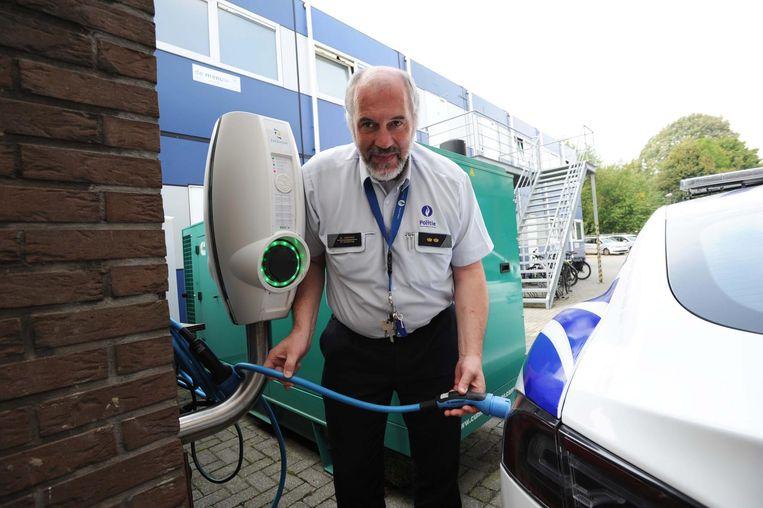 Commissaris Wim Versyck aan de elektrische laadpaal.