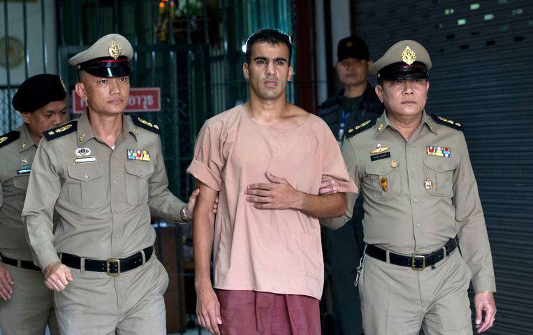 Voetballer Hakeem al Araibi onderweg naar de rechtszaal in Thailand. Beeld AP