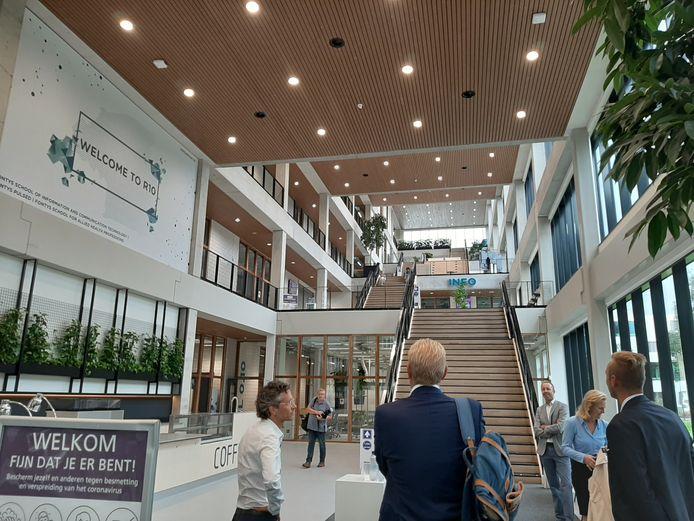 Het atrium, genaamd De Straat, van het nieuwe gebouw R10 van Fontys Hogescholen op de campus aan de Rachelsmolen in Eindhoven.
