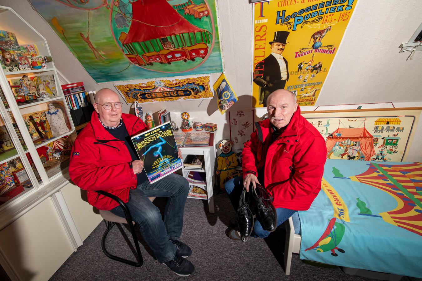Jan Bark (links) zit normaal gesproken deze dagen met zijn Henk Dinkelman met hun kenmerkende rode circusjassen in de kassa-wagen van het Wintercircus. Nu niet. Maar er zijn herinneringen genoeg, in hun circuskamer.