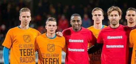 Krachtig statement tegen racisme: twintig clubs staan na aftrap minuut stil