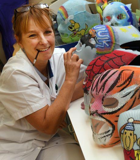 Monique beschildert bestralingsmaskers van jonge kankerpatiëntjes: 'Die kinderen hebben al zoveel meegemaakt'